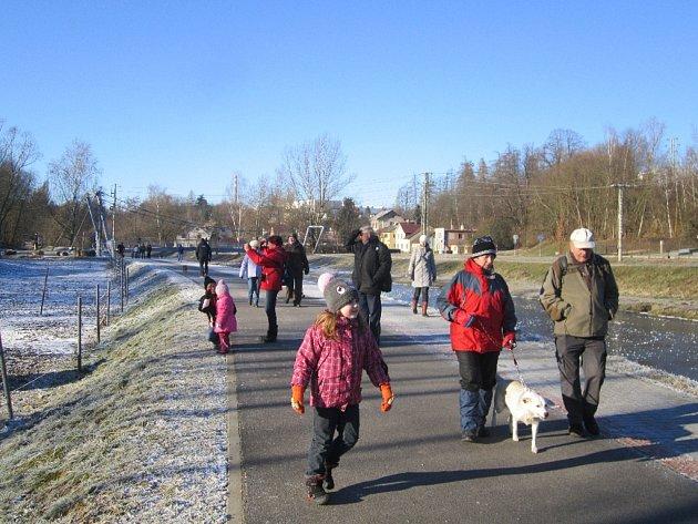 Velká účast. Třicet čtyři lidí, včetně čtyř dětí, se vydalo na Nový rok po stopách Skorce vodního.