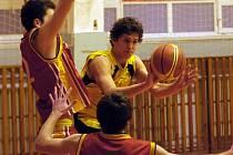 Basketbaloví junioři BC Vysočina (u míče) si v prvním dvojutkání v novém roce body za výhru nepřipsali. Pardubicím podlehli venku i doma.