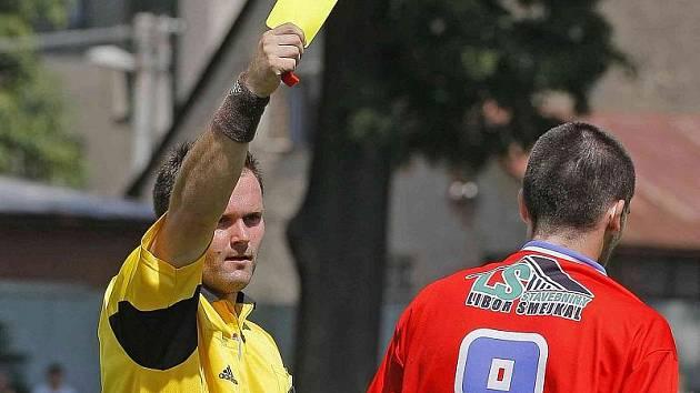 Od příští sezony si budou muset hráči ve třetích a čtvrtých nejvyšších fotbalových soutěžích v Česku dávat pořádný pozor i na žluté karty. Za čtyři a osm těchto napomenutí je totiž čeká zápasový distanc. Ilustrační foto.