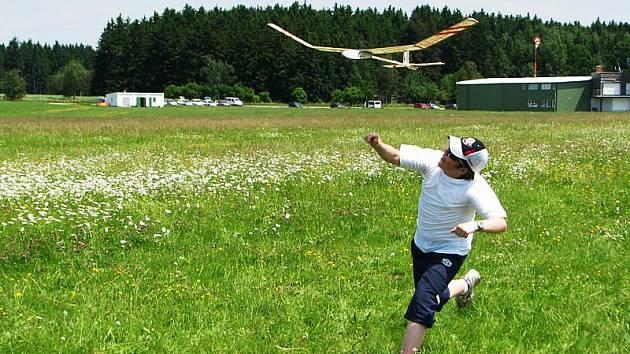 Modeláři předváděli s letadýlky nevídané kousky. Některá se ve vzduchu udržela několik desítek minut.