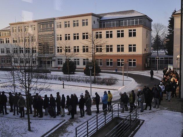 Ani jedenáctistupňový mráz v pondělí ráno nezabránil lidem čekat v dlouhé frontě. V osm hodin odstartoval na krajském úřadě příjem žádostí o kotlíkové dotace.