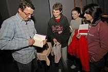 Po skončení diskuze se studenty se Michal Viewegh neváhal jihlavským studentům podepsat.