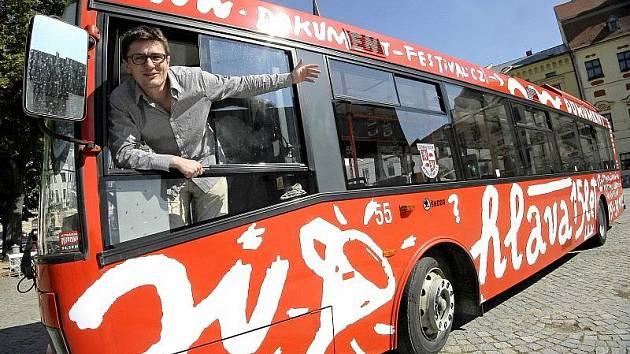 Již od srpna upozorňuje na nadcházející patnáctý ročník jihlavské přehlídky dokumentárních filmů festivalový trolejbus.