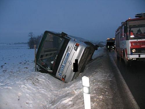 Řidič i cestující v linkovém autobuse z Jihlavy na Polnou, který ve čtvrtek havaroval na kluzké silnici, vyvázli bez zranění.