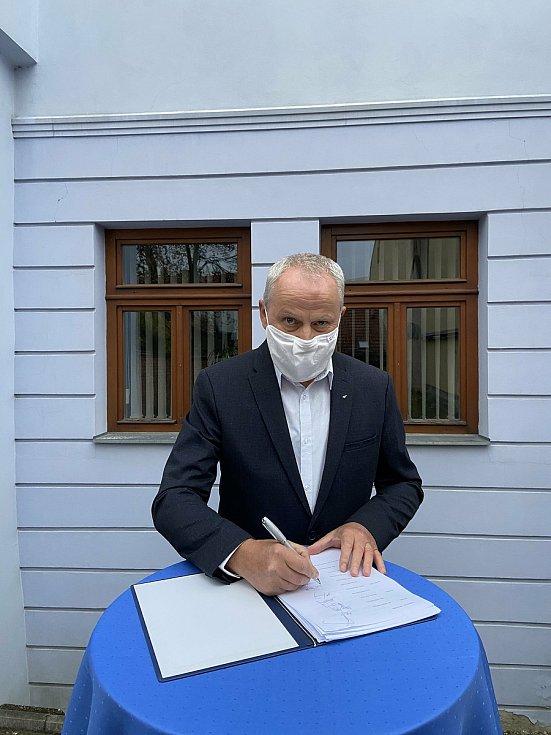 Koaliční smlouvu podepsal i Miroslav Houška z KDU-ČSL.