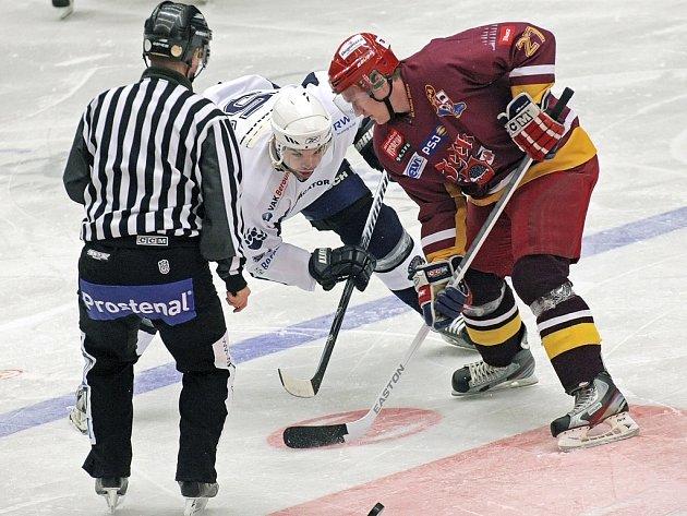 Útočník Roman Maliník (v červeném) stále neví, kam povedou další kroky v jeho hokejové kariéře.
