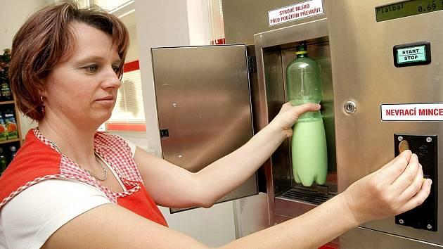 Automatů na prodej čerstvého mléka z farem evidují veterináři v kraji jen deset. Dříve jich bylo 17. Odbyt mléka nebyl tak velký a přístroje se chovatelům nevyplácely. Ilustrační foto.
