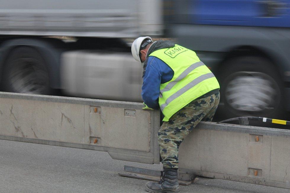 Poslední březnový víkend umisťovali dělníci na dálnici D1 mezi Velkým Beranovem a Měřínem svodidla, od pondělí se začne ve směru na Prahu pracovat.
