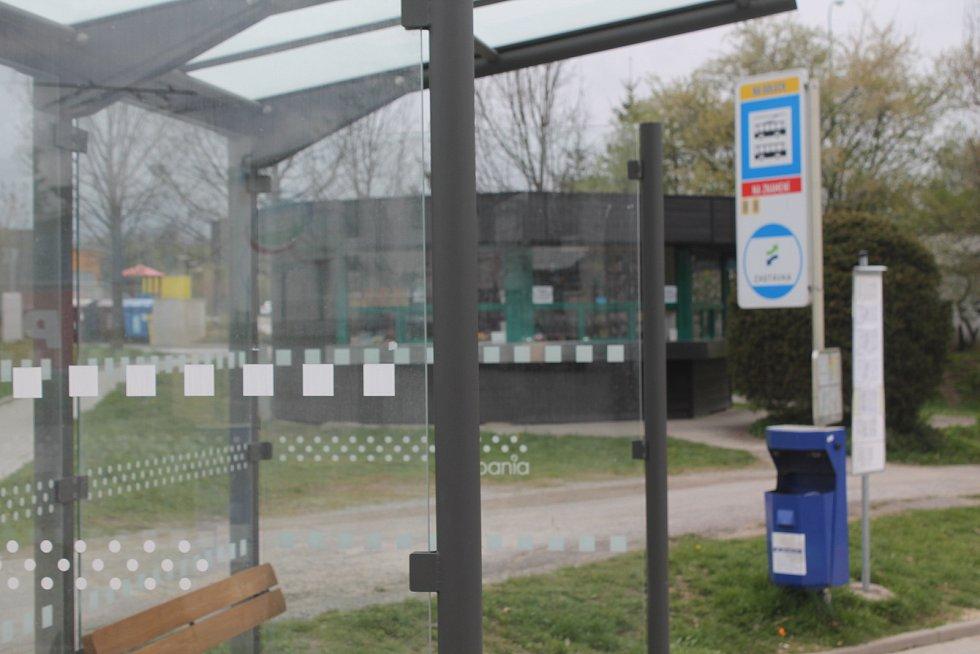 Dopravní terminál v ulici Na Dolech zahrnuje i zastávky MHD.