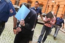 Jaroslav Kolesár, Zdeněk Gottwald a Václav Růžička se kryjí před objektivy fotoaparátů na dvoře brněnského Krajského soudu.