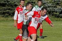 Janovický Tomáš Reiterman (vpředu) se sice postaral o oba góly svého týmu, který se ale na svém hřišti nakonec s Habry rozešel smírně 2:2.