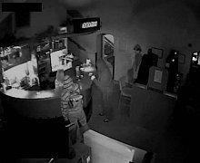 Kriminalisté dopadli skupinu sedmi zlodějů, kteří mají na svědomí pět loupeží v jihlavských hernách. Při domovních prohlídkách jim mimo jiné policisté zabavili stošedesátitisícovou hotovost a dvě pistole.