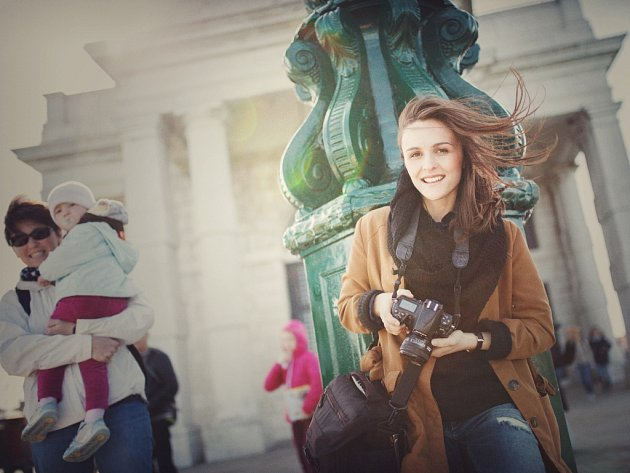 Psycholožka za i před objektivem. Devětadvacetiletá Daniela Haubertová (nahoře) se stala populární fotografkou díky svým zasněným fotkám mladých dívek.