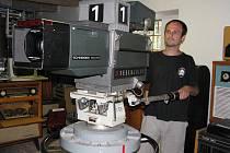 Na snímku Pavel Boudný představuje nový exponát, studiovou televizní kameru československé výroby.