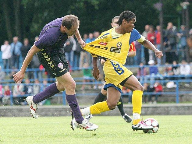 Všemi možnými způsoby se snaží Aleš Burian (vlevo) zastavit jihlavského obránce Gabriela. Brazilec nakonec sehrál v duelu klíčovou roli, nedal rozhodující penaltu.