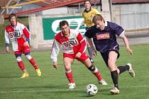 Fotbalisté Janovic (vlevo Milan Špendlíček) si kvůli počasí znovu nezahráli.