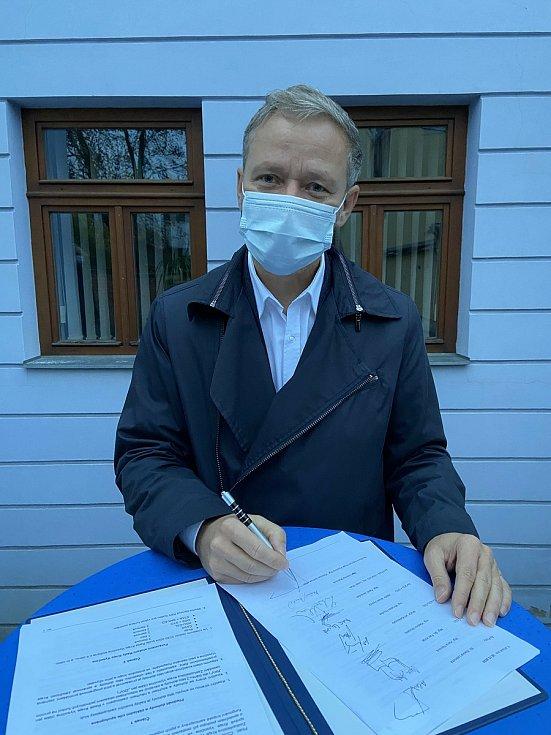 Koaliční smlouvu podepsala iVít Schrek z ODS.