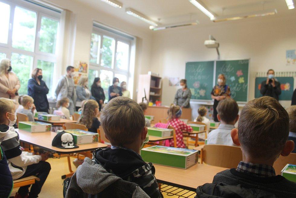 Prvňáčky v jihlavské ZŠ TGM přišla přivítat i ředitelka Andrea Frolíková.