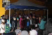 Děti z místní základní školy zpívaly déle než čtvrt hodiny  a už se těší na nedělní adventní koncert v kině.