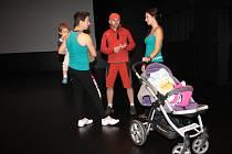 Při strolleringu si přijdou na své také tatínkové, kteří si mohou cvičení uzpůsobit pro muže.