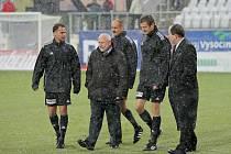Delegát Jiří Kureš (druhý zleva) společně s rozhodčími kontroluje stav hrací plochy na jihlavském stadionu v Jiráskově ulici. Pondělní utkání se nakonec neodehrálo.