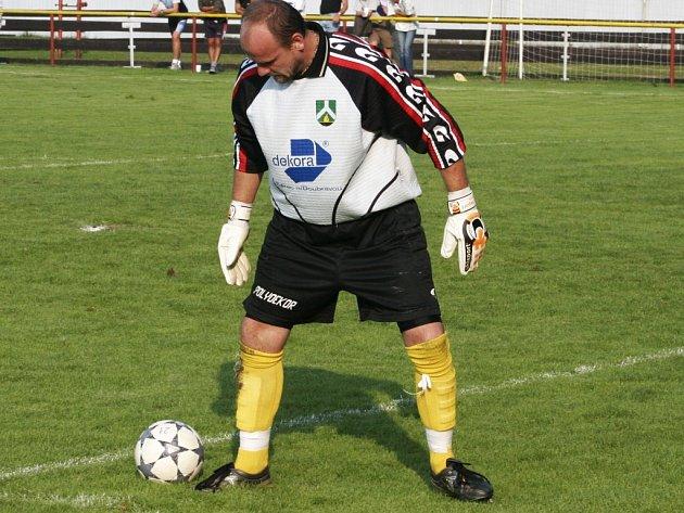 V soutěžních zápasech se už takhle na míč Petr Tuček dívat nebude, končí kariéru.