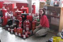 HASICÍ PŘÍSTROJE. Petra Pavlíková, vedoucí prodeje ze společnosti Požární bezpečnost, která je jedničkou na Vysočině v oblasti požární výzbroje, ukazuje hasicí přístroje.
