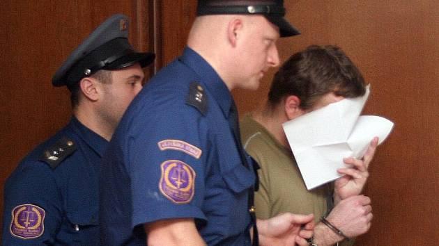 Petr Zelenka je přiváděn do jednací síně krajského soudu v Hradci Králové.