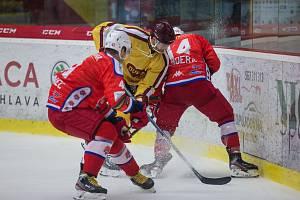 Jihlavští hokejisté (ve žlutém) získali se Sokolovem jen bod. Doma prohráli 2:3 v prodloužení.