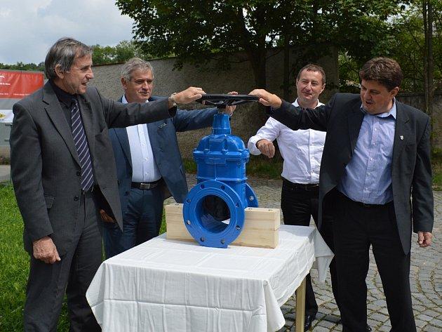Čtvrtečním symbolickým uzavřením vodovodního šoupěte odstartovala rekonstrukce kanalizace a vodovodu v Brněnské ulici v Jihlavě.