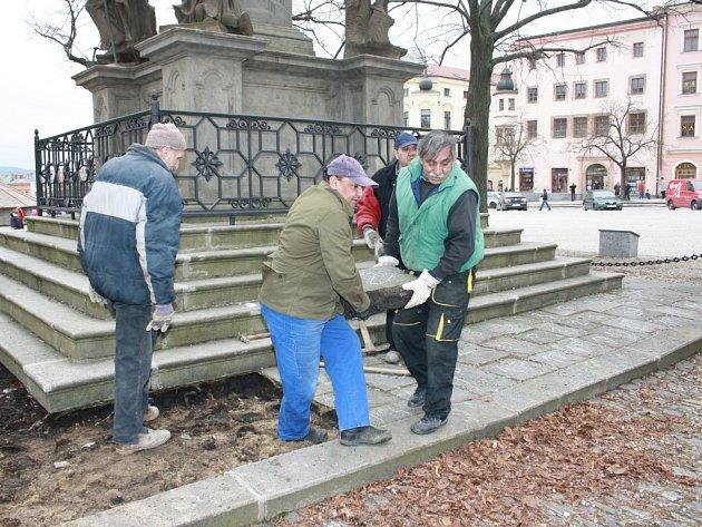 Práce u Mariánského (morového) sloupu na Masarykově náměstí v Jihlavě. Ilustrační foto.
