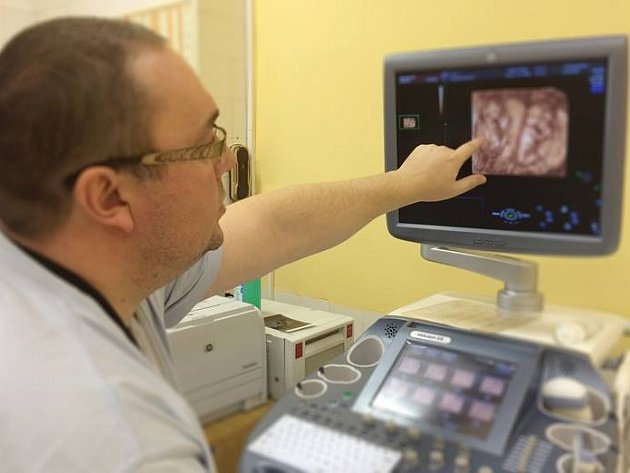 Jihlavská nemocnice má nový ultrazvuk, který je přesnější a rychlejší než jiné přístroje. Využívat ho budou nastávající maminky i onkologické pacientky.