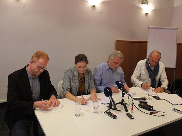Koaliční smlouvu podepsali zleva Petr Laštovička (ODS), Karolína Koubová (Fórum Jihlava), Jaromír Kalina (KDU-ČSL) a Vít Zeman (Žijeme Jihlavou).