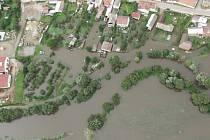 Takto to vypadalo 14. srpna 2002 v Lukách nad Jihlavou. Vodní živel řádil spíš než na Jihlavsku třeba v okolí Vranova nad Dyjí. Tam prosvištěla až pětisetletá voda. Voda na toku Jihlavy na Jihlavsku byla klasifikována ani ne jako dvacetiletá.