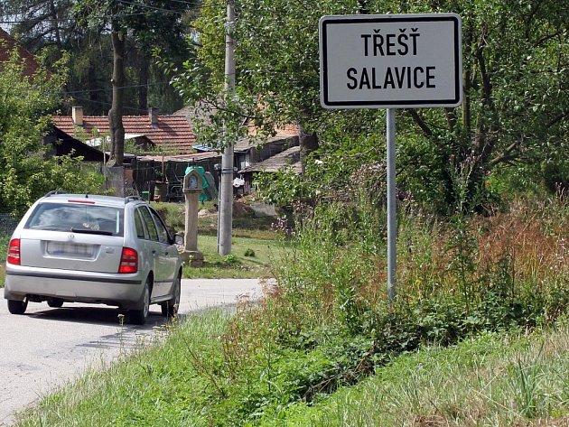 Před značkou posečeno, metrové bodláky za cedulí označující začátek obce. To je obrázek, který na vysočinských silnicích spatří nejeden motorista.