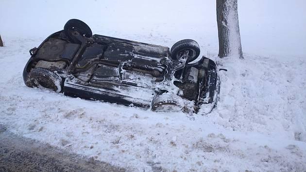 Na střeše mimo silnici skončilo auto mezi obcemi Stonařovem a Pavlovem.