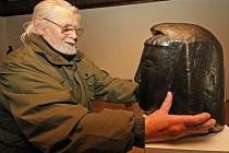 Výtvarník Karel Hyliš v jihlavské Oblastní galerii Vysočiny připravoval svá díla knové výstavě. Autor sochařských děl se věnuje rovněž experimentálním objevům.