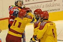 Trio jihlavských juniorů (ve žlutém) sjednává pořádek u Navrátilovy svatyně, před kterou vymysleli hosté z Třebíče tři gólové a vítězné akce.