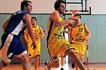 Basketbalisté Jihlavy (ve žlutém) si výhrou v Uherském Hradišti, kde se nevídaně trápili při střelbě, pojistili třetí místo v tabulce oblastního přeboru I.