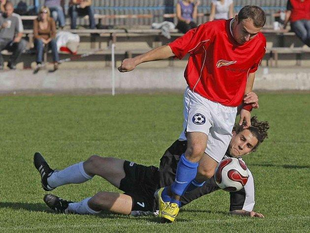 Od Alexandera Kováře (u balonu) se v Polné čekalo, že bude tvořit hru a střílet branky. Jenže góly nepřicházely, zkušený středopolař se prosadil pouze dvakrát.