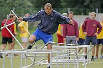 Jihlavský útočník Daniel Hodek klopýtá přes překážky na včerejším tréninku. Nejnáročnější cvičení úvodního dne zpočátku dělalo hráčům problémy.