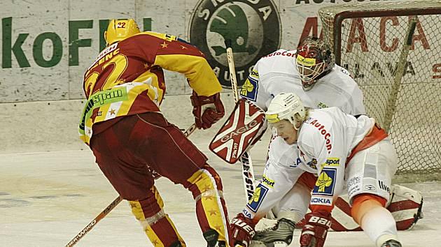 MINULOST. Hokejisté Jihlavy a Znojma se v extralize potkávali jen v sezóně 2004/05. Do příštího ročníku už nezasáhne ani jeden z klubů.