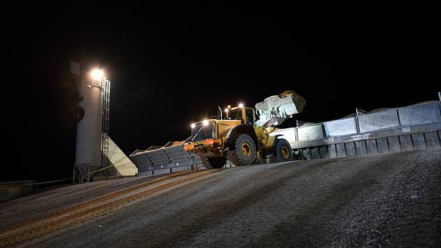 Na dálnici D1 se ve dne v noci intenzivně pracuje. V úseku mezi Humpolcem a Větrným Jeníkovem pokrývají dělníci vozovku novým betonem.