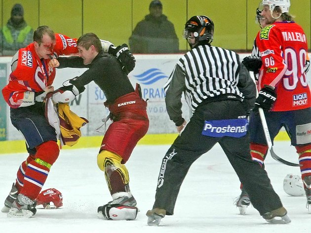 Zápasy jihlavské Dukly a třebíčské Horácké Slavie patří k nejvyhrocenějším v celé druhé nejvyšší hokejové soutěži. Nejinak tomu bylo i 5. února, v posledním vzájemném zápase základní části, kdy se na ledě dokonce objevila krev.