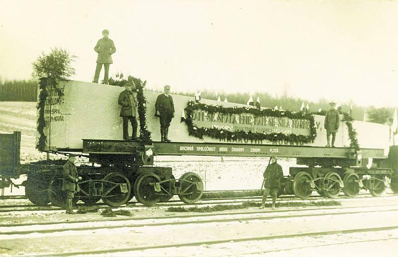 Mrákotínský žulový monolit na cestě do hlavního města.