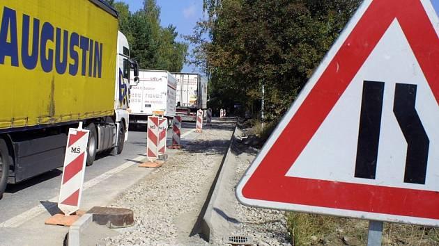 Dvě stě metrů chodníku u hlavní silnice ve směru na Jihlavu roste v těchto dnech v Rančířově.