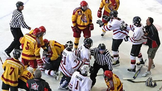 Přípravný zápas jihlavských hokejových dorostenců s týmem Team Canada Polar Bears přinesl nejen jedenáct gólů v síti zámořského celku, ale po závěrečné siréně i málokdy vídanou hromadnou bitku.