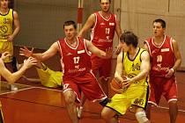 Basketbalisté BK Jihlava (s míčem Ondřej Schober) v Brně na rezervu Žabovřesek nestačili, ale proti Černovicím už zaváhání nedovolili.