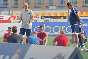 První trénink. Včerejší odpolední trénink Jihlavy už vedl Michal Bílek (stojící vlevo) i s dosavadním hlavním koučem Michalem Hippem (stojící vpravo), který se přesunul do role asistenta.