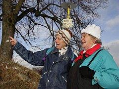 Turistky mají pod rozcestníkem na cestě k Čeřínku jistotu, že jdou správným směrem.